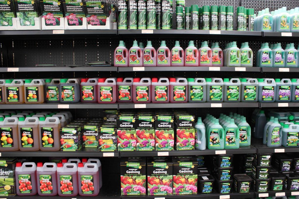 Gødning til indendørs og udendørs planter. Grønne Hjem har mange forskellige typer på hylderne.