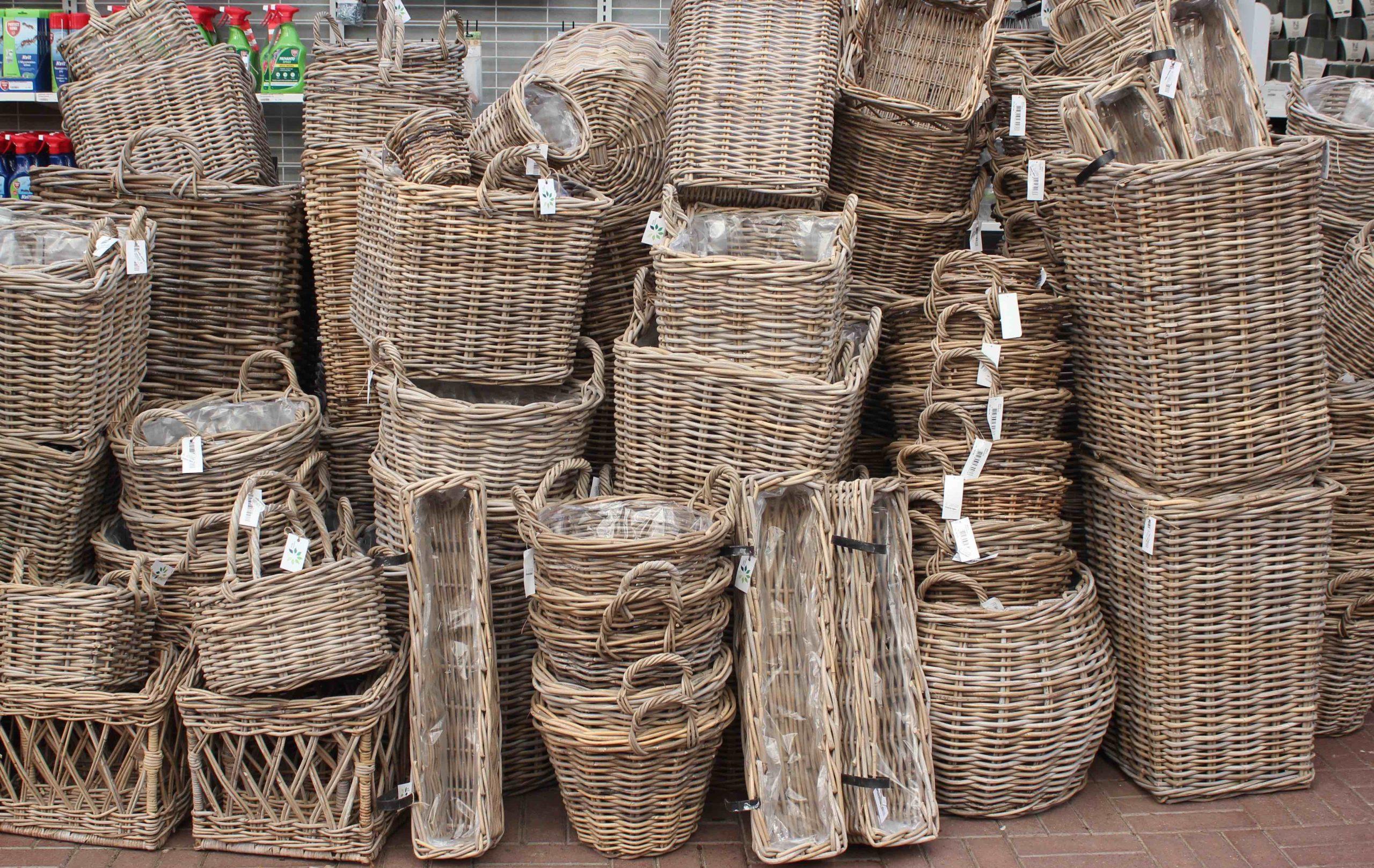 Grønne Hjems egen kollektion af fletkurve med plastikfor til planter.
